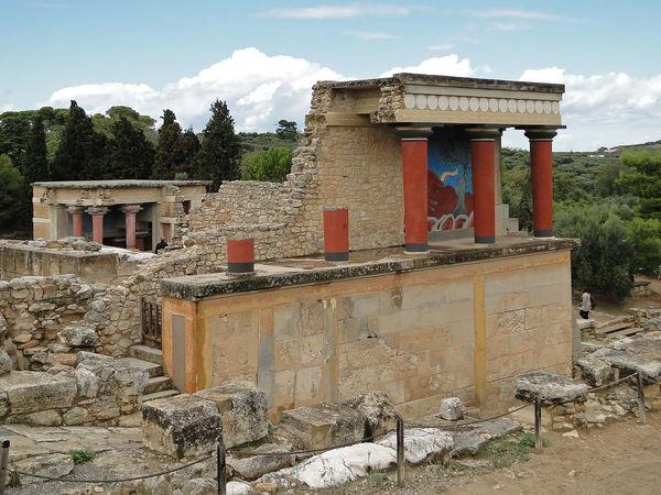 1200px-Knossos_-_North_Portico_02.jpg