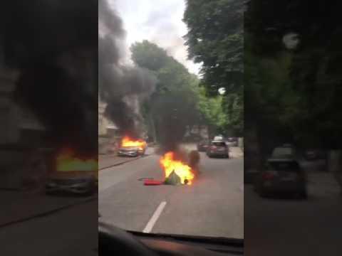 """G20-Gipfel in Hamburg: Dieses Video, das aus einem fahrenden Auto gefilmt wurde und sich aktuell in den Sozialen Medien verbreitet, zeigt zahlreiche brennende Autos auf der Hamburger Elbchaussee. Nach der """"Welcome To Hell""""-Demonstration am 6. Juli 2017 ist es in der Nacht und auch am Morgen des 8."""