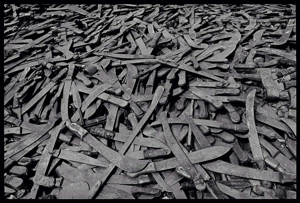 James Nachtwey - Pile of machetes - Rwanda 1994