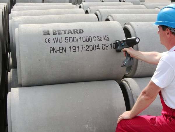 using Handjet EBS 260 on concrete pipe