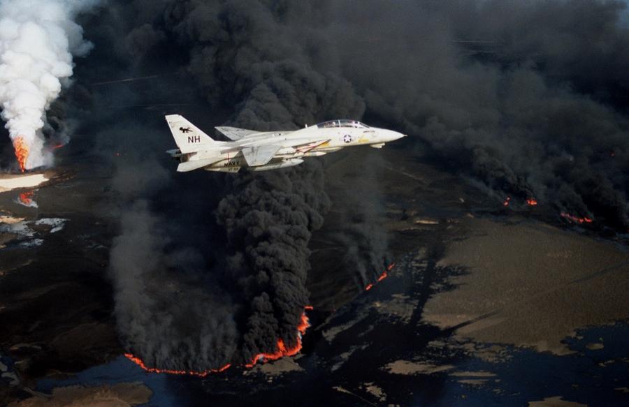 F-14A_VF-114_over_burning_Kuwaiti_oil_well_1991.JPEG