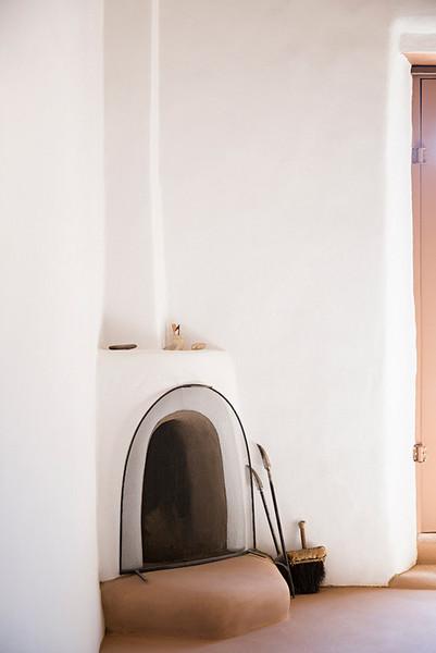 inside-the-home-and-studio-of-georgia-o-keeffe-white-and-wood-dining-room-54174bc0e40e13ec555b43d2-w620_h800.jpg