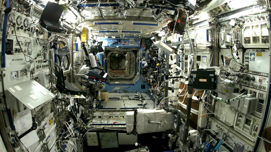 interior-view-of-the-destiny-laboratory-on-the-international-space-station-iss-during-the-expedition-7-mission-nasa.jpg