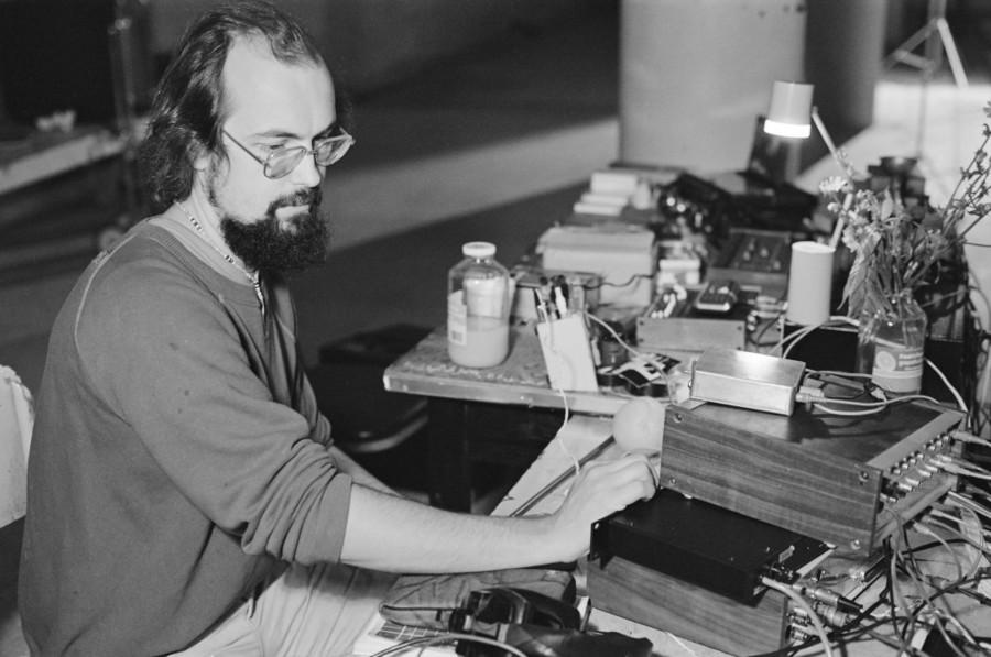 Bill-Viola-testing-a-gating-system-for-The-Talking-Drum-1982-.jpg