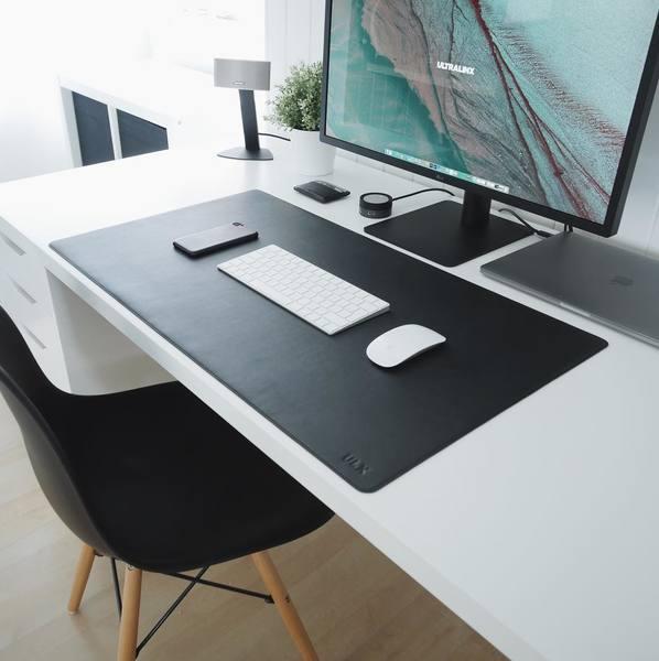 5K LG UltraFine setup by @ultralinx. Leather desk mat from @ulxstore.