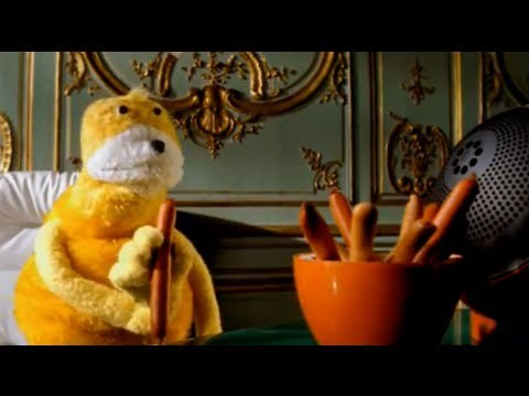 "Mr Oizo ""Flat beat"" official video directed by Quentin Dupieux with Flat Eric - Shot in an old appartment few hundred meters away from Le Chateau de Versailles with the amazing puppet ""Flat Eric"" . The track itslef is like a UFO in Electronic Music."