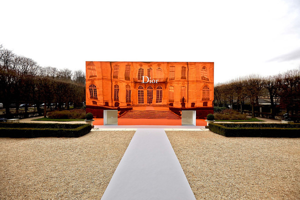 bureau-betak-clads-musee-rodin-in-orange-mirrors-for-diorbureau-betak-clads-musee-rodin-in-orange-mirrors-for-dior-designboom-02.jpg