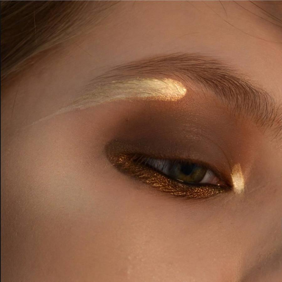 My new beauty for @manlyprocosmetics Strong highlight with matt smokey makeup. What do you think about graphic highlight?/ Новый образ для @manlyprocosmetics Яркие блики на контрасте с полностью матовыми смоки. Графичные блики - что думаете о такой альтернативе мягким подсветкам кожи? #makeupbyme #makeuptutorial #goldeneyes #redheads #graphicmakeup #eyemakeup #eyeliner #smokeymakeup #makeupstyle #stylemefresh #styleandfashion #styleandbeauty #everydaymakeup #eyeshadow #makeupart #makeupartist #makeupoftheday #realmakeup #unretouched