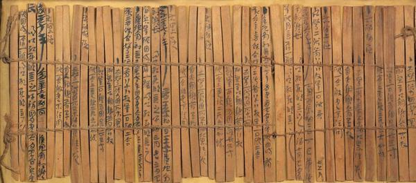 Tout premier support d'écriture chinoise : entraine la disposition des signes en colonnes.   — relié en cordelette et roulé sur lui même pour le stockage.