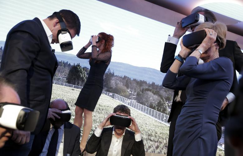 Facebook CEO Mark Zuckerberg (C) and guests use Gear VR virtual reality headsets during the awards ceremony of the newly established Axel Springer Award in Berlin, Germany, February 25, 2016. REUTERS/Kay Nietfeld/Pool