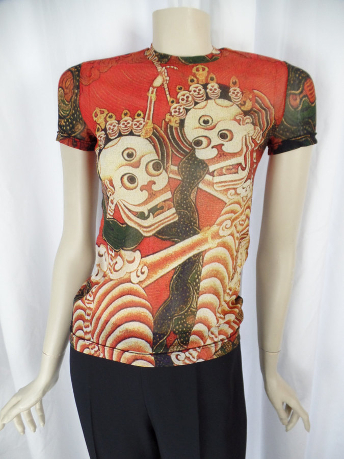 Bright saturated colors on infinitely stretchable mesh- great tattoo style images of skulls with 3 googly eyes, ribs spines and bony arms holding scepters! as seen on the runway : https://www.pinterest.com/pin/75294624996485769/ 10/10 condition- no holes, pulls or rips VIVIENNE TAM made in Hong Kong all tags present: designer, fabric content, care 100% nylon mesh size 1- fits our size 6/8 US mannequin with more room to spare hand wash lay flat INCHES+FLAT- double where appropriate....