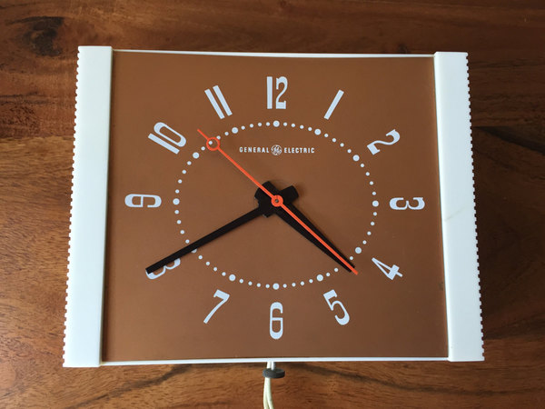 Vintage Mid Century General Electric Wall Mount Kitchen Clock. Smooth Movement! Mid century modern design, sweep second hand movement, smooth motion. Standard North American plug in required. Very short cord and extension cord could be used if you do not have a direct plug in. Mounting hole located on the back.