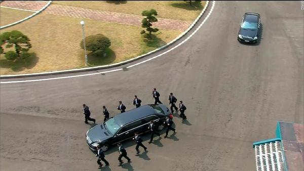 Kim-jong-un-north-korea-security-guards-surrounding-limo cnn