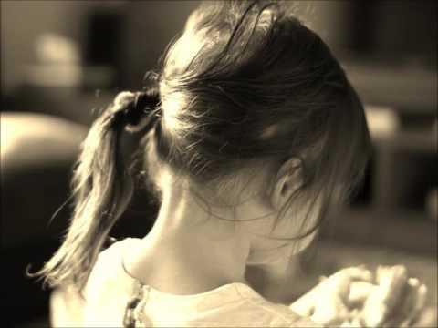 1990年 作詞:吉屋潤 作曲:吉屋潤 ル... ル... ル... ル... ル... ル... ル... ル... 1990年 娘は 21 女の季節を 迎えているだろう 春が来て 恋を知り 夏が来て 血が騒ぎ どんな男に どこで抱かれるやら どんな男に 命預けるやら 秋の夜 涙して 粉雪に うちふるえ 女の悲しみを 初めて知ったとき 私のすすめる お酒を飲むだろう 1990年 娘は21 女の季節を迎えているだろう しあわせになるんだよ しあわせな女に 母親を棄てても 父親を棄てても しあわせの旅を続けて行くんだよ 1990年 娘は 21 ル... ル... ル... ル...