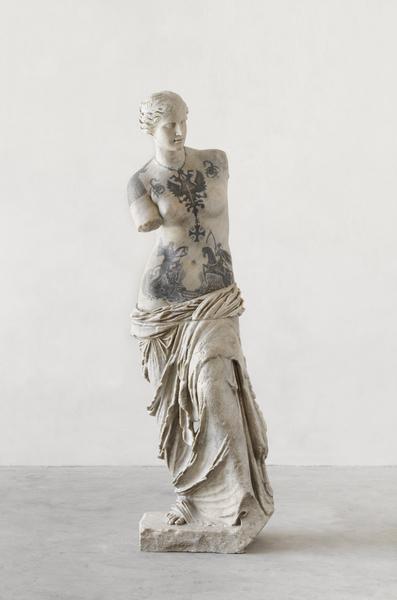 venus-2017-marmo-bianco-e-pigmenti-cm-214-x-68-x-65.img8909.jpg