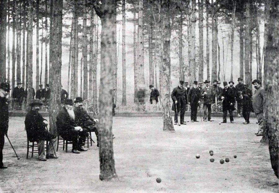 1200px-joueurs_de_boules_au_bois_de_boulogne_-croix_catelan-_en_novembre_1898.jpg