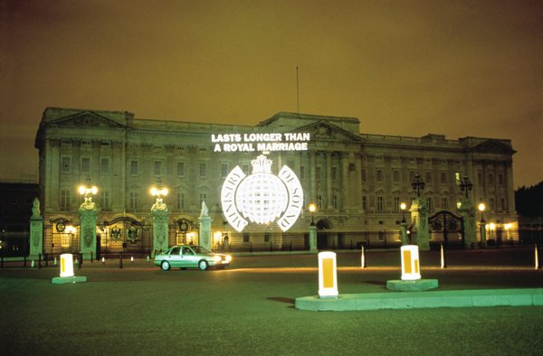 ministry-of-sound-logo-projected-on-buckingham-palace-as-publicity-stunt-in-1996.jpg