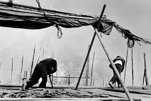 robert-capa-china.-hubei.-hankou.-july-september-1938.-after-a-japanese-air-raid.jpg