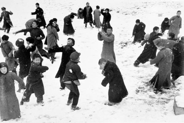 robert-capa-hankou.-march-1938.-children-playing-in-the-snow..jpg