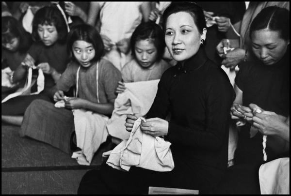 robert-capa-china.-hubei.-hankou.-mrs-chiang-kai-shek-at-the-hankou-base-hospital-sewing-clothes-for-the-refugees.jpg