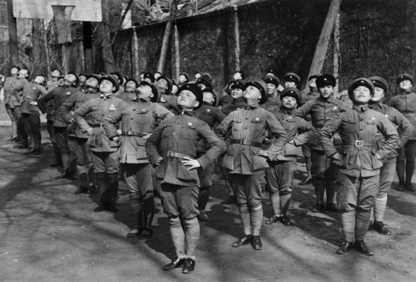 robert-capa-china.-hubei.-hankou.-march-1938.-young-women-being-trained-as-nationalist-chinese-soldiers.-after-having-lost-s...