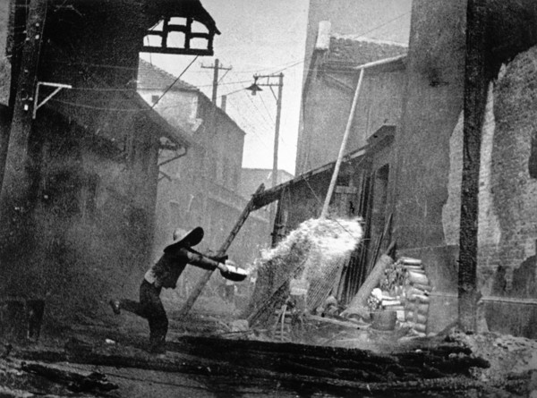robert-capa-hubei.-hankou.-july-september-1938.-after-a-japanese-air-raid..jpg