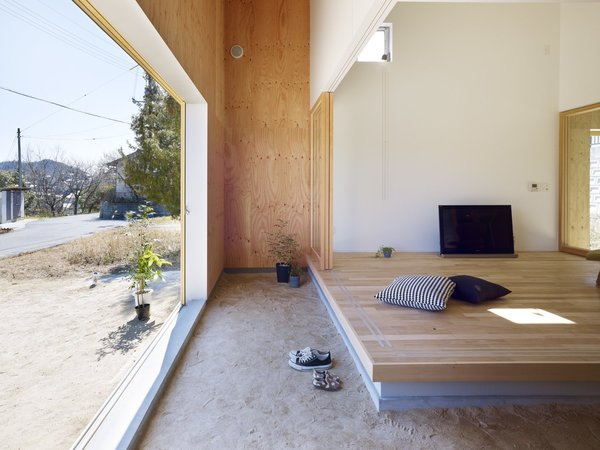 the-sliding-doors-at-the-entrance-are-only-a-minor-yet-necessary-disruption-in-the-homes-virtually-seamless-indooroutdoor-co...