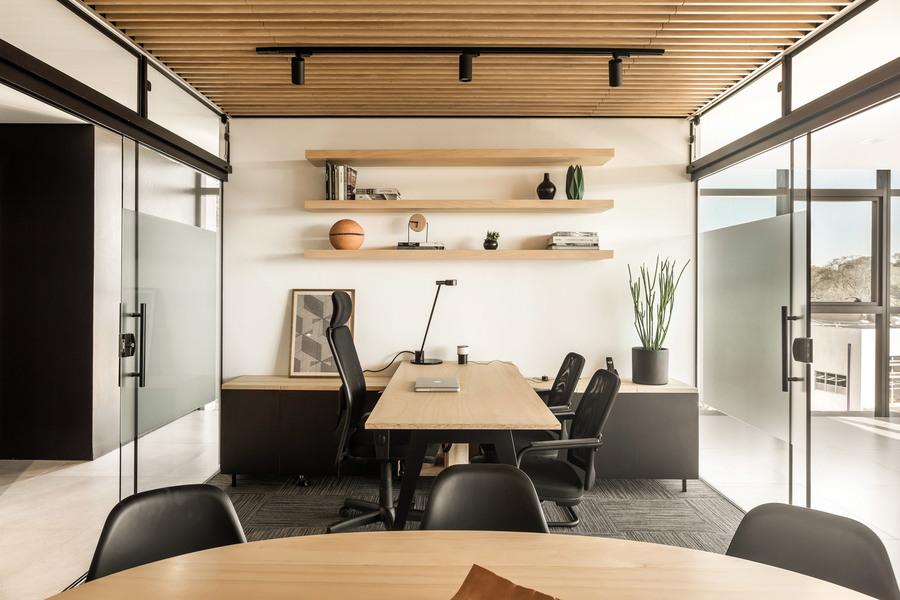 frank-madieras-office-solo-arquitetos-interiors-curitiba-brazil_dezeen_2364_col_3.jpg