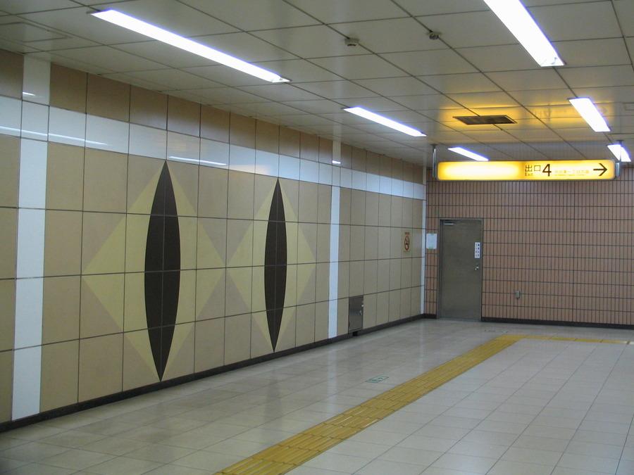 Yokohama_subway-Odoriba-monument.JPG