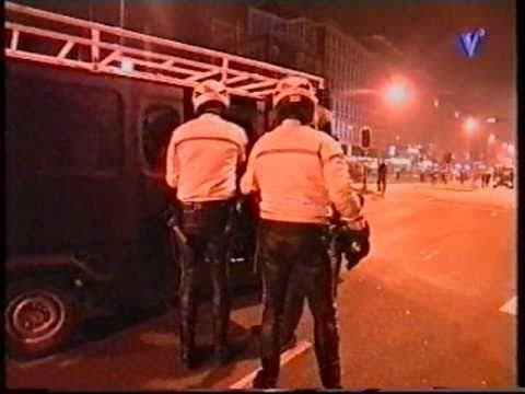 24 april 1999: Nadat studenten auto's en voorbijgangers bekogelden met flessen, koelkasten etc heeft de Mobiele Eenheid het feest beeindigd en de Weesperstraat schoongeveegd. Uit: 112 Weekend