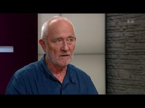 Der berühmte Architekt Peter Zumthor spricht in der Sternstunde Philosophie über die Verbindung von Atmosphäre und Architektur. Er sagt: Der Intellekt ist eine Linie, die Emotion ist ein Raum. Seine Bauwerke schaffen sinnliche Atmosphären. Er selbst gilt als äusserst präzise und streng. Was ist das Geheimnis dieses eigensinnigen Architekten?