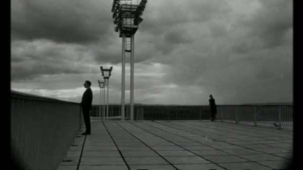 """La Jetée est un film français de science-fiction de Chris Marker, sorti en 1962 et d'une durée de 28 minutes. Récit très singulier un fort contenu poétique et sert à représenter une face de la """" réalité """" : les souvenirs que l'on a d'un moment de sa vie sont partiels, tronqués et lorsqu'on regarde un album photos, les souvenirs viennent dans le désordre avec des """" sauts dans le temps """"."""