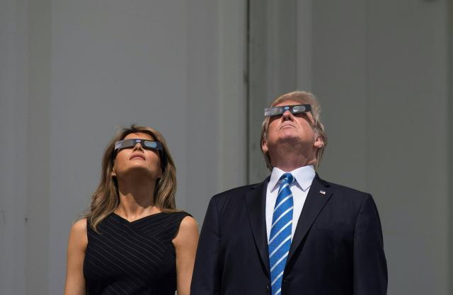 usa-donald-trump-regarde-l-eclipse-sans-lunettes_1.jpg
