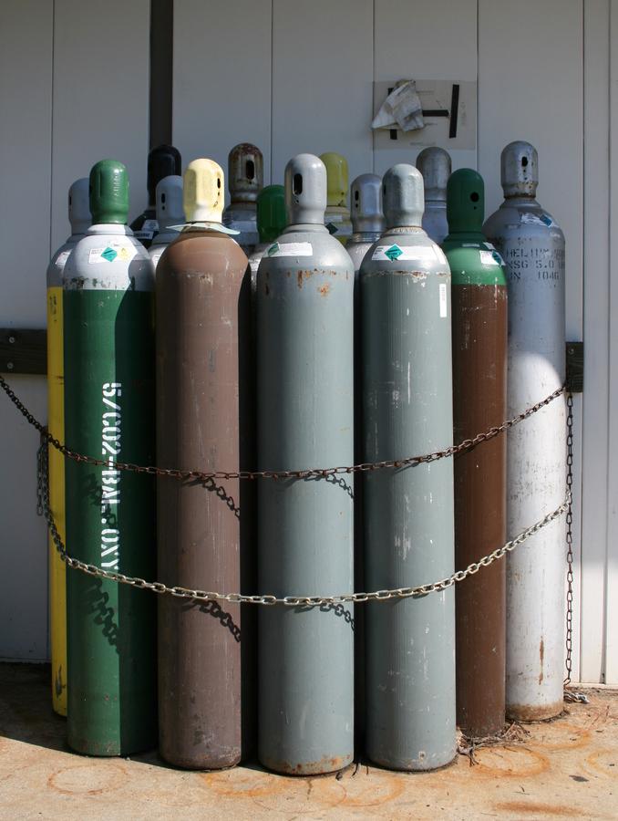 2008-07-24_bundle_of_compressed_gas_bottles.jpg
