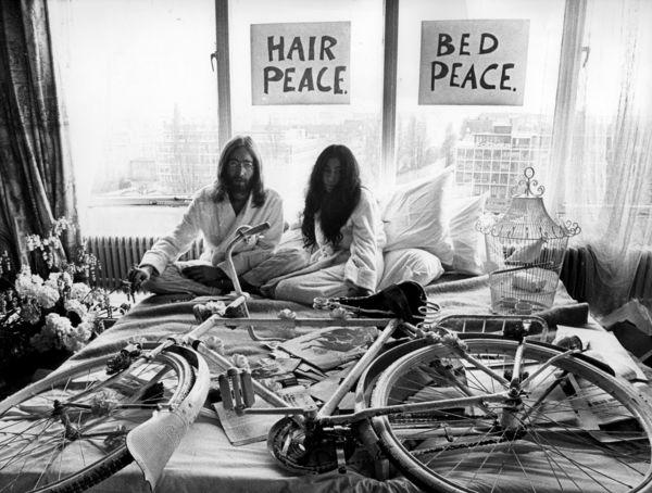 provos-amsterdam-john-lennon-yoko-ono-com-bicicleta-branca-no-bed-in-1969.jpg