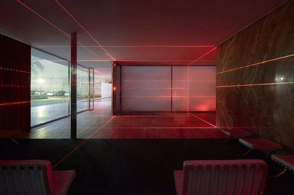 ignant-art-luftwerk-iker-gil-geometry-light-barcelona-pavilion-9-1440x958.jpg