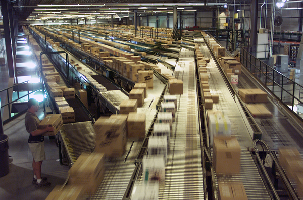 distribution-center-conveyer-belt_129852838455753866.jpg