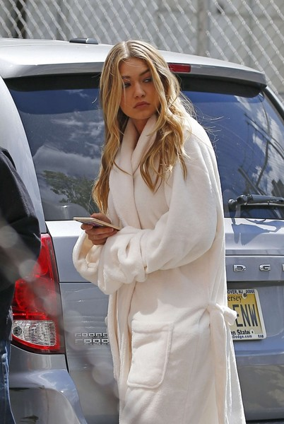gigi-hadid-in-bathrobe-03-662x989.jpg