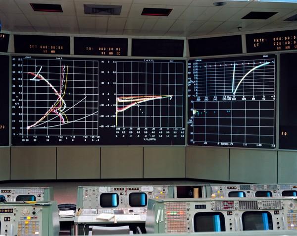 apollo_11_mission_control_center_-_landing_trajectory.jpg
