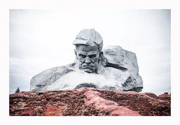 Lubię monumentalne pomniki. Napisze więcej - lubię symetrię. Kupuję też ideologiczną narrację, która stoi za sztuka ustrojów...