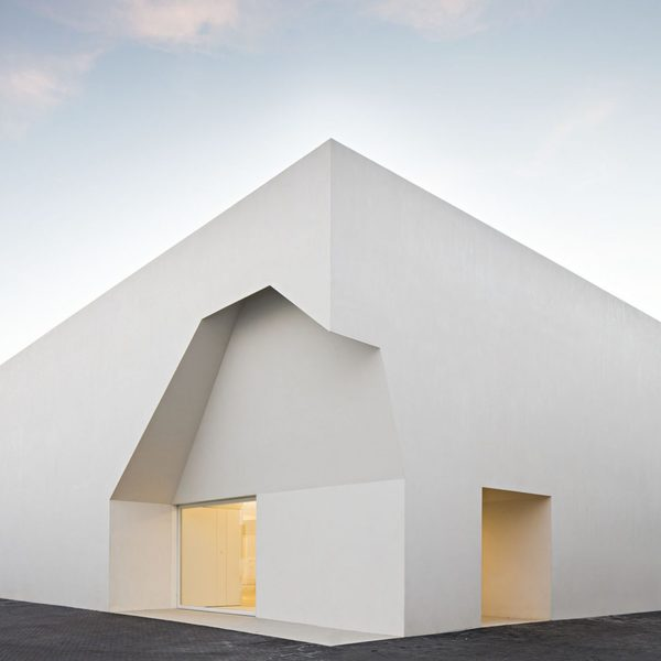 ignant_architecture_aires_mateus_monolithic_meeting_center_grandola_3-1440x1440.jpg