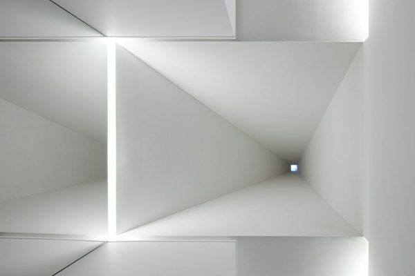 ignant_architecture_aires_mateus_monolithic_meeting_center_grandola_1-1440x960.jpg