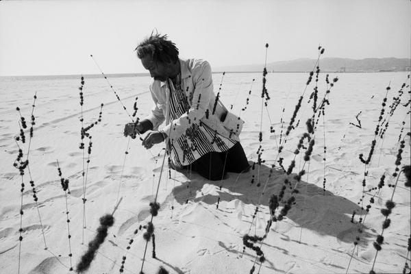 bruce-w.-talamon.-22david-hammons-producing-a-hair-garden-at-venice-beach-california22-1977.-courtesy-of-the-artists.jpg