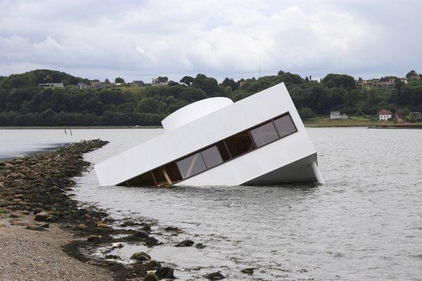 flooded-modernity-asmund-havsteen-mikkelsen-le-corbusier-villa-savoye_dezeen_2364_col_5-852x568.jpg