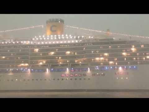 Pericolosa Manovra Costa Deliziosa Venezia. Scontro con traghetto evitato.