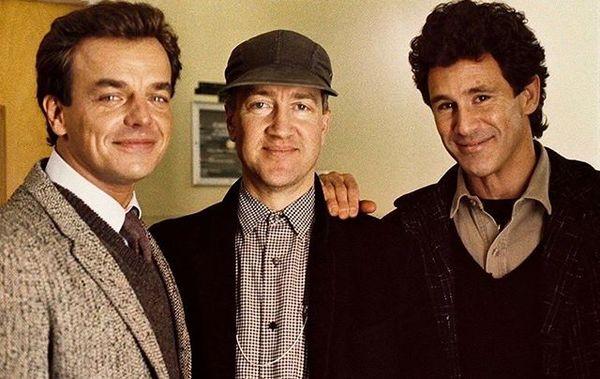 Ray Wise, David Lynch y Michael Ontkean en el rodaje de Twin Peaks en 1990.⠀ Ray Wise, David Lynch and Michael Ontkean shoot...