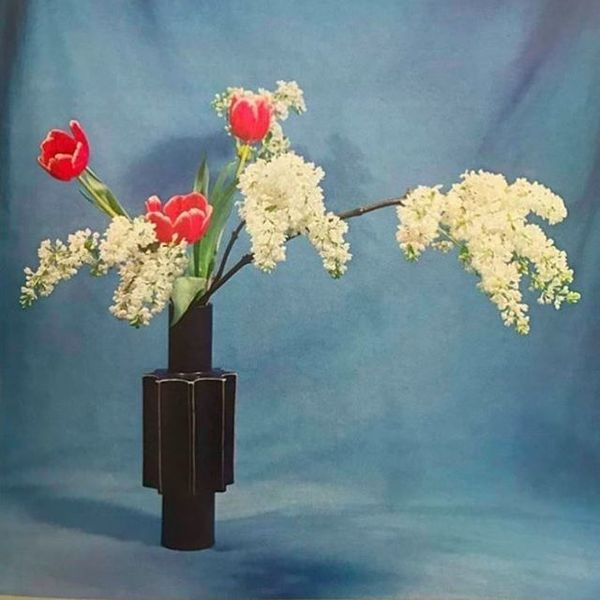 Red tulips, and lilac blossoms. Ikebana, the art of arranging flowers #shozosato ❤️