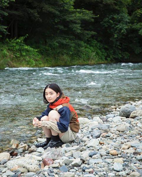 E-EXPERIENCE 釣り好きとしても知られる、女優の福地桃子さんにとって、子供の頃に夏休みの終わりの3日間、大家族で行くキャンプがビッグイベントだった。自然の中でどう楽しむかを学び、キャンプのおかげで料理好きにもなったとか。 #popeyem...