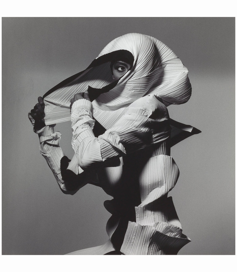 issey-miyake-fashion-white-and-black-new-york-1990-photo-irving-penn.jpg