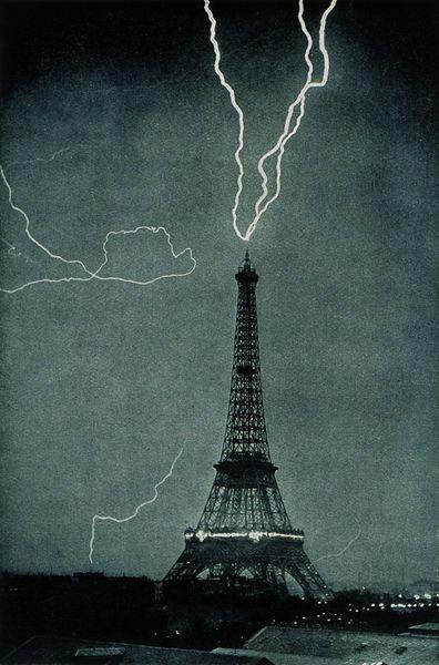 800px-lightning_striking_the_eiffel_tower_-_noaa.jpg